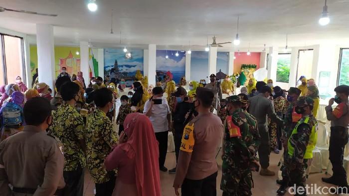 Acara pelepasan puluhan siswa TK dan PAUD di Kabupaten Mojokerto, dibubarkan petugas gabungan polisi dan Satpol PP. Acara ini dinilai melanggar protokol kesehatan (prokes).