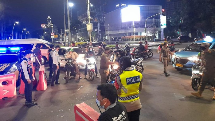 Suasana pembatasan mobilitas di Cikini Raya