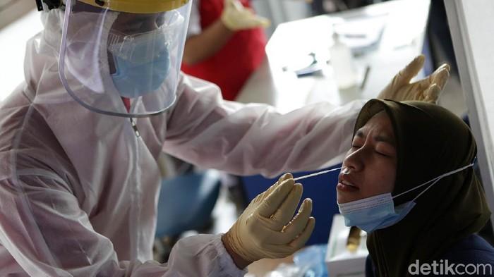 Penumpang KRL dites antigen secara acak sebagai respons dari PT KCI terkait lonjakan Corona. Salah satu stasiun yang melakukan tes antigen adalah Stasiun Bekasi.