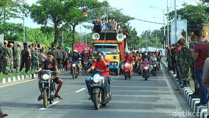 Demo warga Madura di Balai Kota Surabaya bubar sore tadi. Sekitar pukul 15.20 WIB, masa kembali ke Madura melewati Jembatan Suramadu tanpa penyekatan.