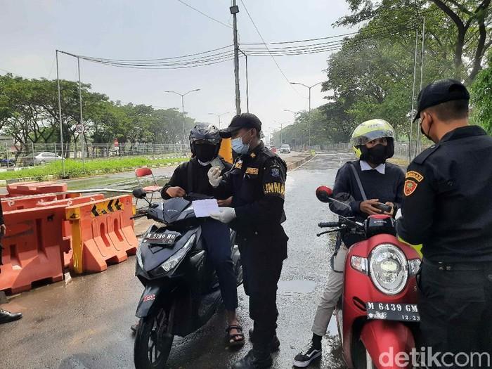 Syarat surat izin keluar masuk (SIKM) deberlakukan mulai hari ini di penyekatan Suramadu. Pengendara dari Madura hanya perlu menunjukkan SIKM untuk masuk ke Surabaya.