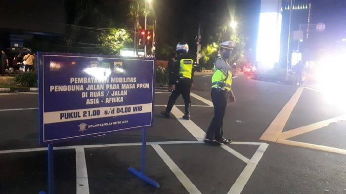 Plang pembatasan mobilitas dipasang di Jalan Asia Afrika Jakarta Pusat