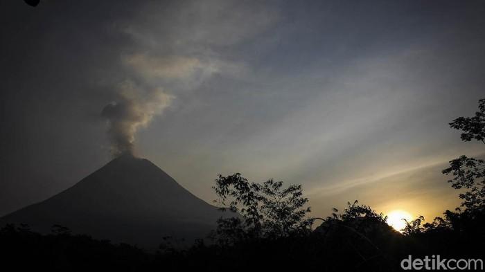 Gunung Merapi masih terus mengeluarkan lava pijar. Berdasarkan BPPTKG, pada 20 Juni pukul 18.00 WIB-21 Juni pukul 06.00 WIB, Merapi mengeluarkan lava pijar sebanyak 22 kali.