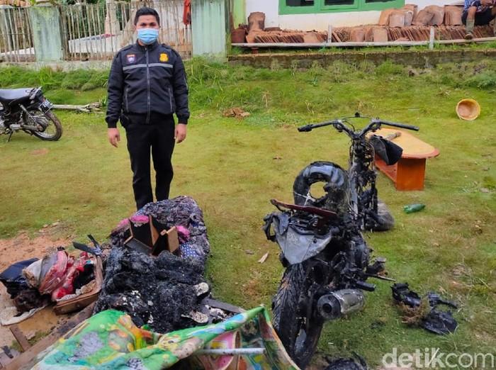 Pria Sukabumi membakar rumah dan motornya sendiri