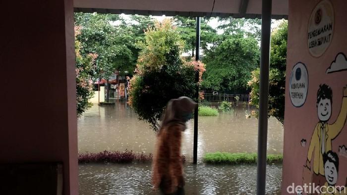 Hujan deras mengguyur Jakarta Selatan siang ini. Akibatnya, RPTRA Taman Jangkrik di Ciganjur terendam.