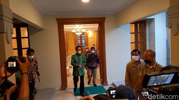 Sultan HB X usai memimpin rapat COVID-19 bersama Bupati dan Wali Kota se-DIY, di Kompleks Kepatihan, Senin (21/6/2021).