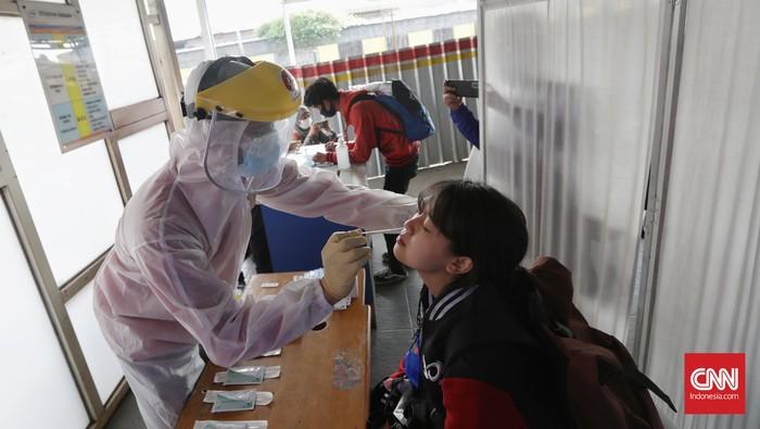 Calon pengguna Kereta Rel Listrik (KRL) Commuter Line menjalani tes antigen di stasiun Bekasi, Jawa Barat, Senin, 21 Juni 2021. Langkah itu diambil menyusul tren kasus Covid-19 yang meningkat di wilayah Jakarta dan sekitarnya. CNNIndonesia/Safir Makki