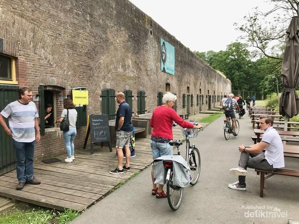 Para peserta tour antri di area dalam Benteng Vechten untuk Stempels post