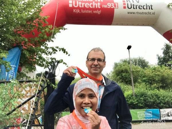 Setelah menempuh sekitar 46 km saya dan suami akhirnya dapat medali