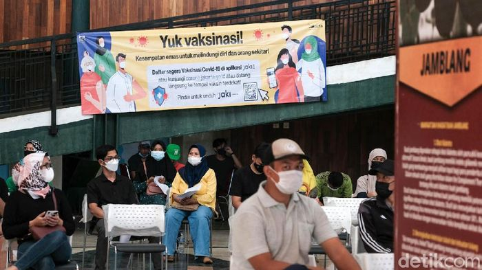 Program vaksinasi COVID-19 di DKI Jakarta ditargetkan menembus 7,5 juta orang pada akhir Agustus. Hal ini merupakan arahan Presiden Jokowi kepada Forkopimda DKI.