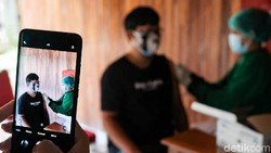 Program vaksinasi di DKI Jakarta ditargetkan menembus 7,5 juta orang pada akhir Agustus. Hal ini merupakan perintah Presiden Jokowi kepada Forkopimda DKI.