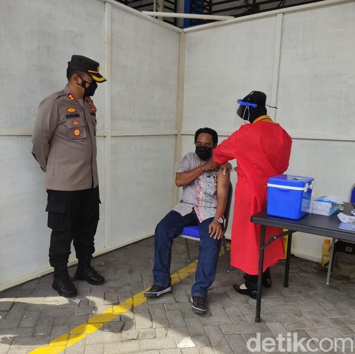 Warga yang mengurus SIM di Satlantas Polresta Sidoarjo mendapat vaksinasi COVID-19 secara gratis. Ini mendukung program pemerintah dalam mensukseskan vaksinasi COVID-19 massal.