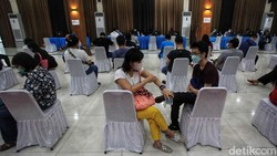 Kasus COVID-19 terus melonjak di Jakarta. Vaksinasi terus dilakukan untuk memutus penyebarannya, seperti terlihat di Universitas Budi Luhur, Jaksel.