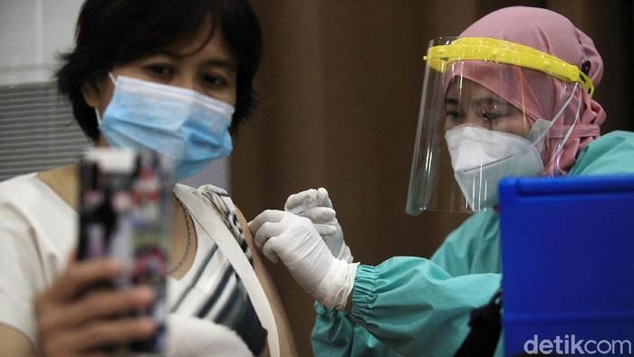 Kasus COVID-19 melonjak dalam satu bulan terakhir. Vaksinasi pun terus dilakukan untuk memutus penyebaran COVID-19, seperti terlihat di Universitas Budi Luhur, Jaksel.