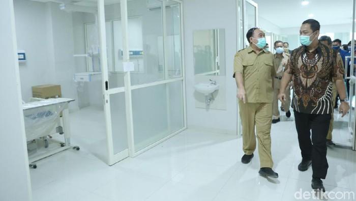 Wali Kota Semarang Hendrar Prihadi tinjau rumah sakit darurat COVID-19 di Semarang, Senin (21/6/2021).