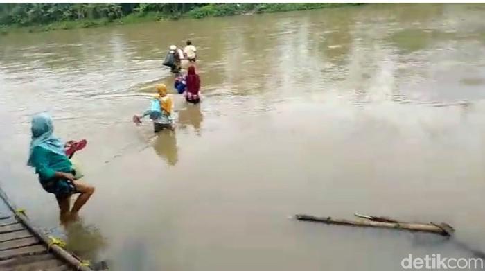 Warga di Cianjur nekat menyebrangi arus sungai