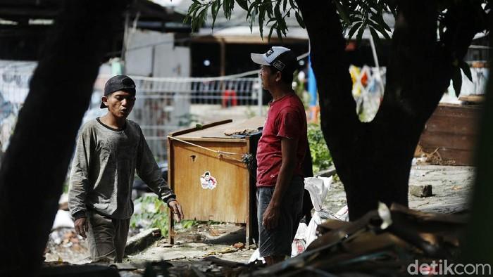 Kasus COVID-19 di DKI Jakarta mengalami peningkatan yang signifikan. Namun masih banyak warga Jakarta yang masih mengabaikan protokol kesehatan.