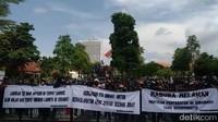 Massa Demo Warga Madura Masuki Area Balai Kota Surabaya