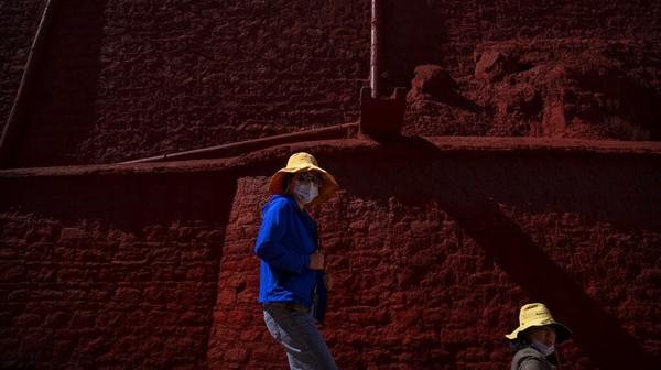 Istana ini adalah bekas rumah Dalai Lama. Jumlah pengunjung dibatasi maksimal hanya 5.000 orang per hari.