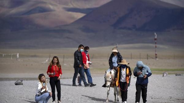 Diketahui wisatawan sangat tertarik dengan mistis dan mitos Tibet sebagai tanah terpencil yang tertutup salju. Tibet telah menjadi tempat dengan pemandangan alam yang indah dan berarti bagi bangsa China.