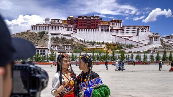 Tempat bersejarah yang banyak didatangi wisatawan salah satunya adalah Istana Potala di Lhasa, Tibet.