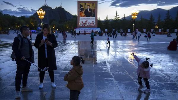 Di dekat alun-alun Istana Potala terdapat pula mural besar yang mengambarkan Presiden China Xi Jinping.