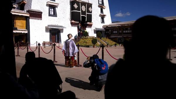 Pariwisata di Tibet sedang populer karena banyak orang China yang berwisata di dalam negeri lantaran adanya pembatasan COVID-19.