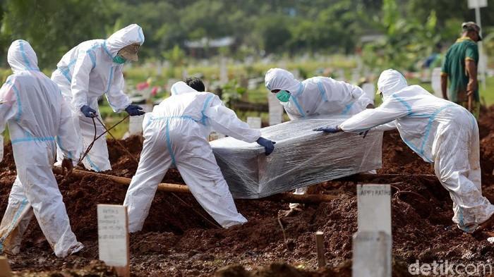 Lonjakan kasus COVID-19 juga terjadi di Kota Bekasi. Angka kematian meningkat, dalam sehari, 21 Jenazah dimakamkan di TPU Pedurenan Bekasi. Tukang gali kubur merana.