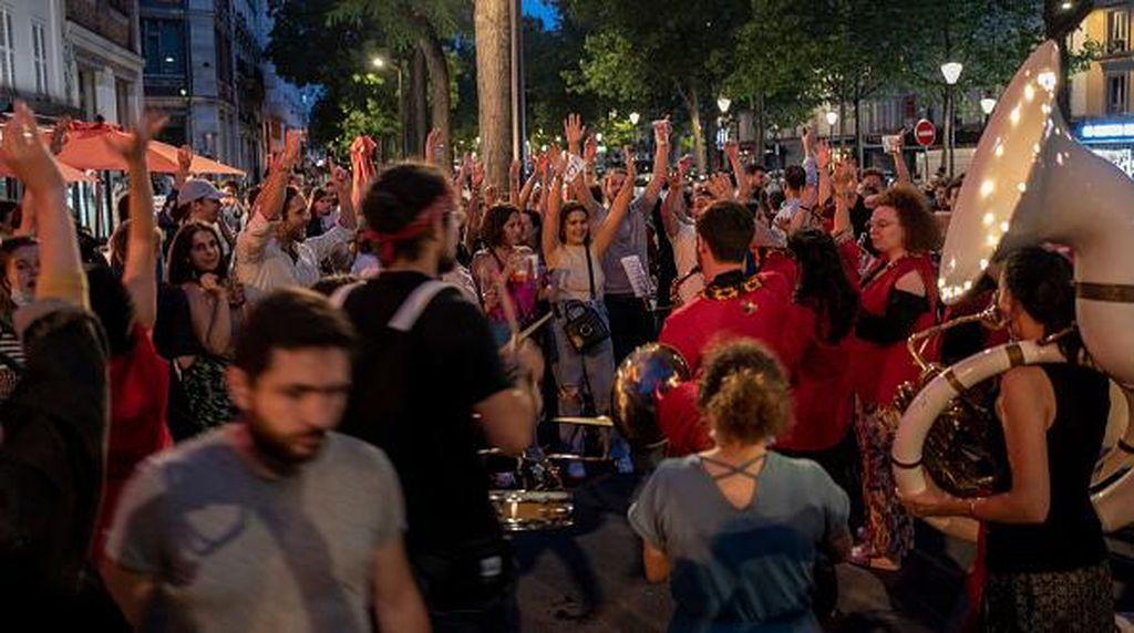 Corona Mereda, Warga Paris Asyik Hadiri Festival Musik Tanpa Masker