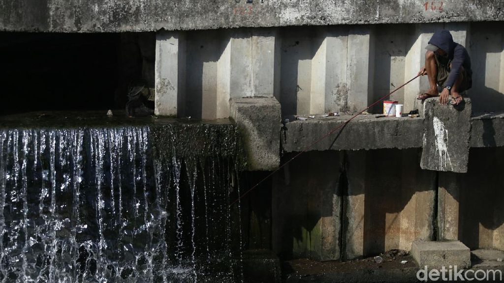 COVID-19 Melonjak, Warga Masih Asik Mancing di Kali Jakarta