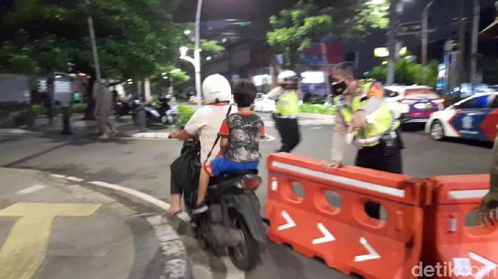 Emak-emak Marah saat Ditanya Petugas di Jalan Cikini Raya