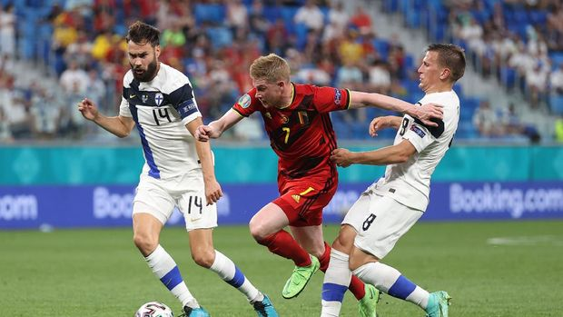 SAINT PETERSBURG, RUSSIA - JUNE 21: Kevin De Bruyne of Belgium battles for possession with Tim Sparv and Robin Lod of Finland during the UEFA Euro 2020 Championship Group B match between Finland and Belgium at Saint Petersburg Stadium on June 21, 2021 in Saint Petersburg, Russia. (Photo by Lars Baron/Getty Images)