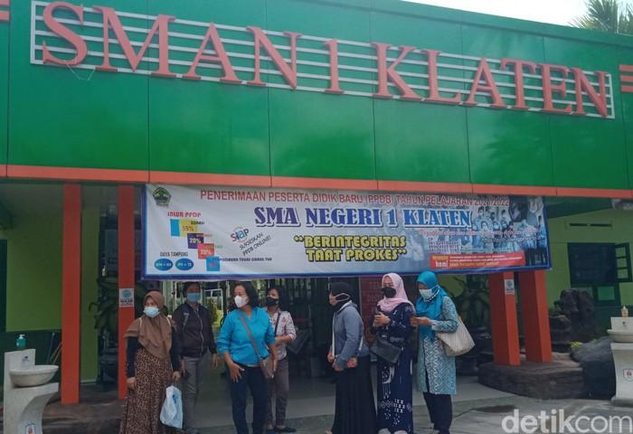 Ibu-ibu mendatangi SMAN 1 Klaten untuk melakukan protes (Achmad Syauqi)
