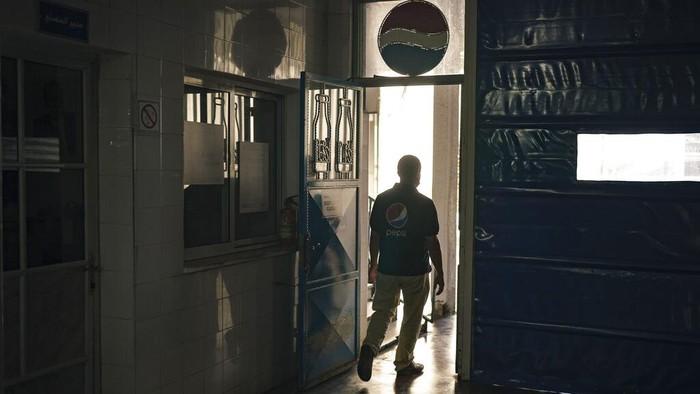 Pabrik Pepsi di Kota Gaza ditutup dan berhenti operasi. Penutupan itu dilakukan karena terdampak pembatasan yang dilakukan Israel di Jalur Gaza.