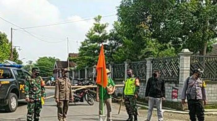 Jalan di Dusun Kasim, Desa Ploso, Kecamatan Selopuro ditutup portal. Itu karena ada 8 warga positif COVID-19 dan salah satunya meninggal dunia.