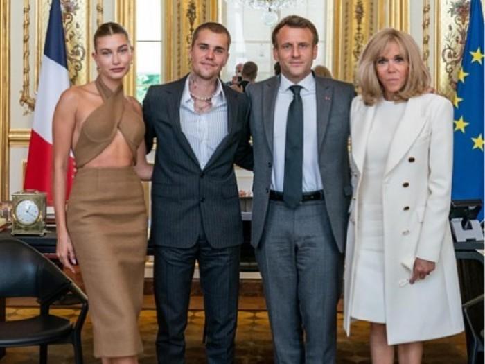 Justin Bieber dan Hailey Bieber pose bersama Presiden Prancis Emmanuel Macron dan Ibu Negara Brigitte Macron.