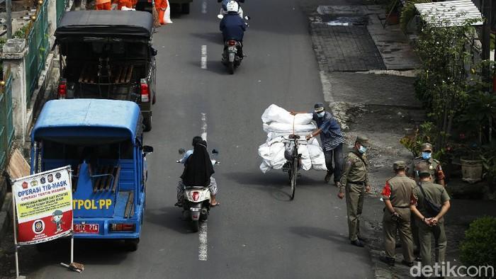 Kasus COVID-19 di Indonesia tembus angka 2 juta. Beragam upaya untuk menekan laju penyebaran Corona pun dilakukan di Ibu Kota. Salah satunya razia masker.