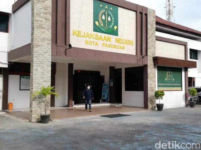 Dua terdakwa korupsi pengadaan aplikasi di Dinas Komunikasi Informasi dan Statistik (Kominfotik) Kota Pasuruan, Fendy Krisdiyono dan Meindahlia Pratiwi sudah mendapat vonis. Putusan itu jomplang dengan tuntutan jaksa penuntut umum (JPU).