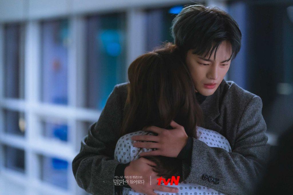 Kemesraan Park Bo Young dan Seo In Guk di Doom at Your Service