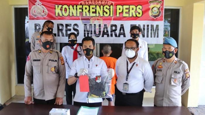 Konferensi pers kasus pencabulan di Polres Muara Enim (M Syahbana-detikcom)