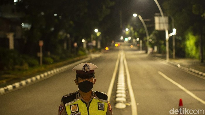Beberapa ruas jalan di Ibu Kota yang terdampak pembatasan mobilitas tampak sepi kosong melompong. Beginilah potret Jakarta yang tertidur lebih awal.