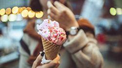 Makan Es Krim Saat Cuaca Panas, Wanita Ini Malah Jatuh Pingsan!