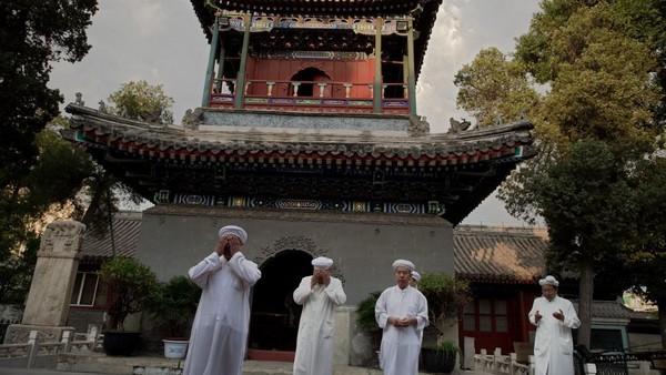 Masjid ini memiliki arsitektur perpaduan kultur China kuno dan Islam. Masjid ini didominasi warna merah. (AFP)