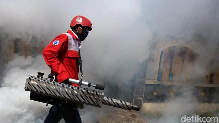 Petugas PMI melakukan fogging di area perumahan warga di kawasan Kota Bekasi. Fogging dilakukan sebagai upaya pencegahan demam berdarah.