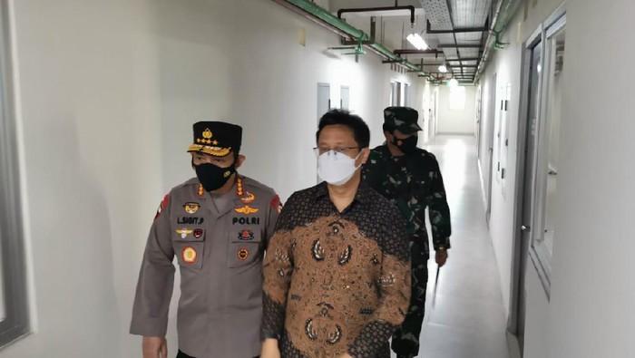 Menkes, Panglima TNI, dan Kapolri mengecek tempat isolasi di Rusun Nagrek, Jakarta Utara.