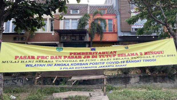 Pasar JB Cengkareng Timur ditutup karena berada di zona merah Corona.