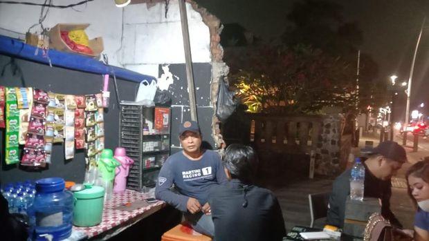 Pedagang ikut terpengaruh dengan pembatasan mobilitas masyarakat di Jakarta Selatan