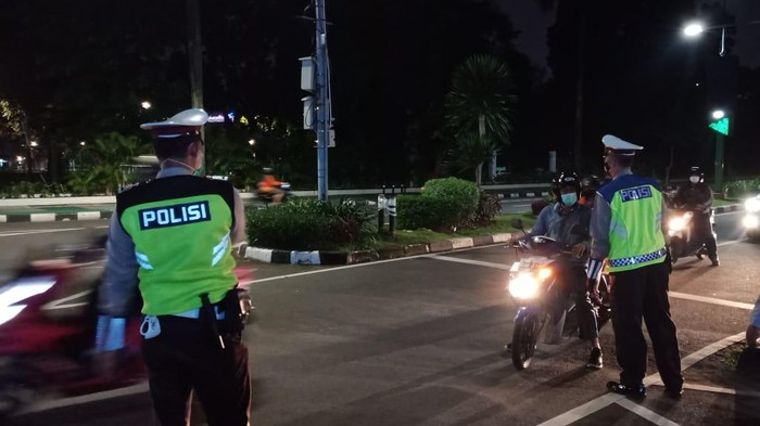 Pembatasan di Jl Asia Afrika, Jakarta Selatan, Selasa (22/6/2021),