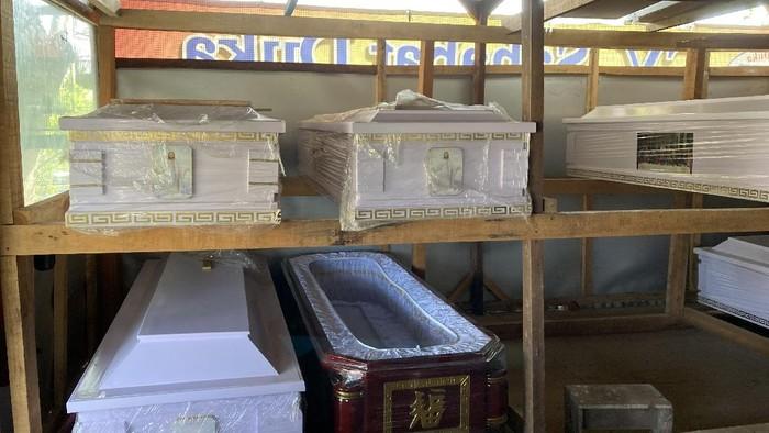 Perajin peti mati di TPU Pondok Kelapa, Jakarta Timur