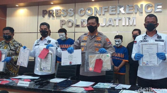 Dua pemalsu dokumen di Surabaya ditangkap polisi. Dalam tiga tahun terakhir, mereka memalsukan ijazah, KTP, KK hingga akta kematian.